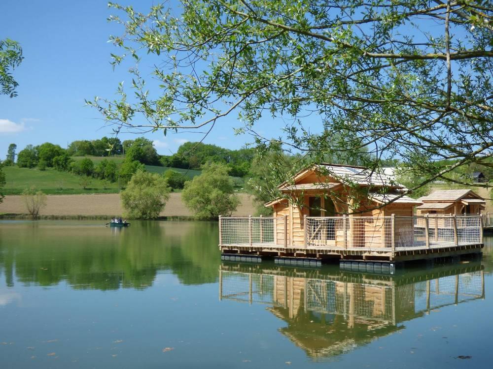 domaine cabanes flottantes du lac de pelisse location cabane insolite. Black Bedroom Furniture Sets. Home Design Ideas